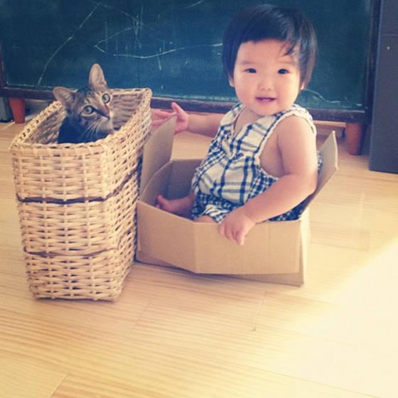 Forte amizade entre garotinha e seu gatinho