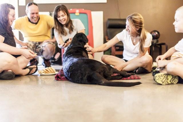 Sabendo que seria o último dia de vida do cão, família faz o dia ficar inesquecível para ele