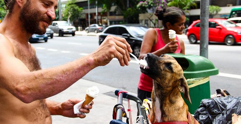 Fotógrafo sai pelas ruas tirando fotos do amor entre moradores de rua e seus cães
